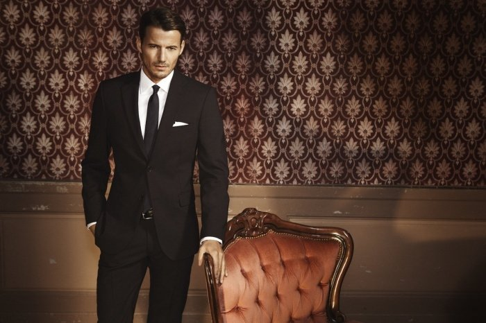мужчина одет как джентельмен