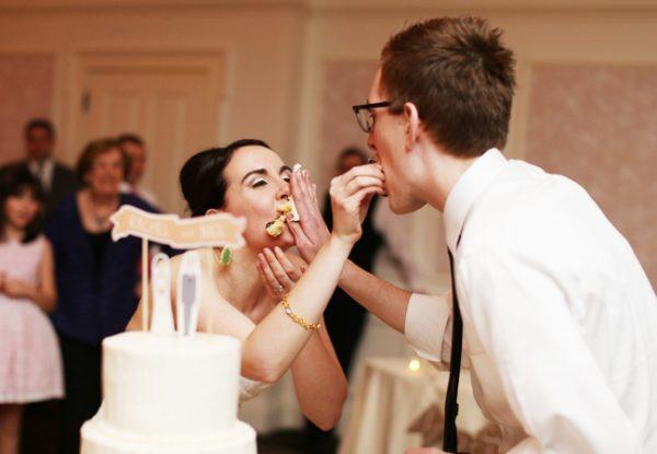 Молодожёны кормят друг друга тортом