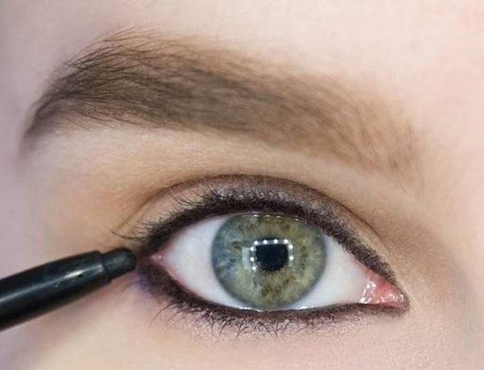 Во многих случаях визажисты кайал используют в работе со слизистой, именно из-за его мягкости