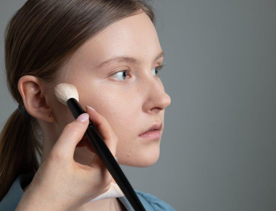 Скульптурировать лицо можно овальной ипушистой кистью для лица