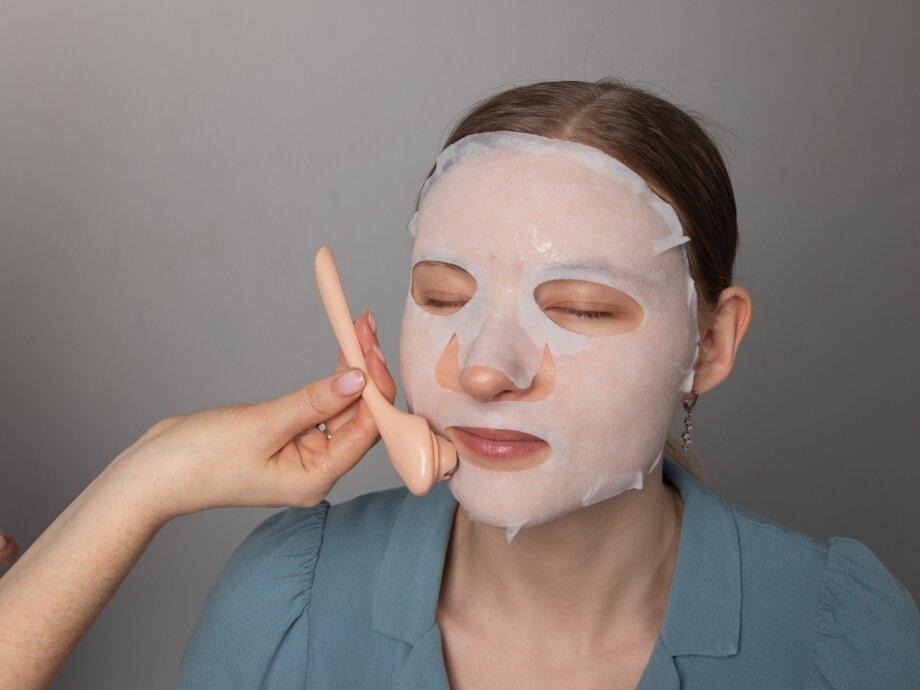Лимфодренажный массаж усилит действие маски. Важно выполнять его повосходящим массажным линиям отцентра лица кпериферии
